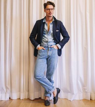 Comment porter: blazer bleu marine, chemise en jean bleu clair, jean bleu clair, mocassins à pampilles en cuir noirs