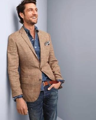 Les journées chargées nécessitent une tenue simple mais stylée, comme une chemise en jean et un jean bleu marine.