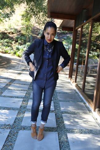 Comment porter un blazer bleu marine: Pour créer une tenue idéale pour un déjeuner entre amis le week-end, harmonise un blazer bleu marine avec un jean skinny bleu marine. Une paire de des sandales à talons en daim marron clair est une option génial pour complèter cette tenue.