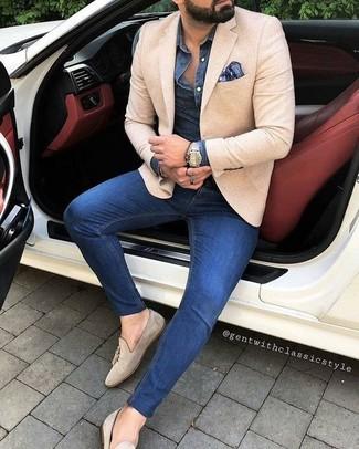 Comment porter: blazer beige, chemise en jean bleu marine, jean skinny bleu, mocassins à pampilles en daim beiges