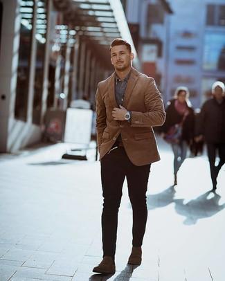 Comment porter: blazer tabac, chemise en jean grise, jean skinny noir, bottines chelsea en daim marron foncé