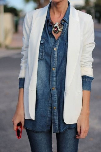 Pour créer une tenue idéale pour un déjeuner entre amis le week-end, pense à marier un blazer blanc avec un jean skinny bleu marine.