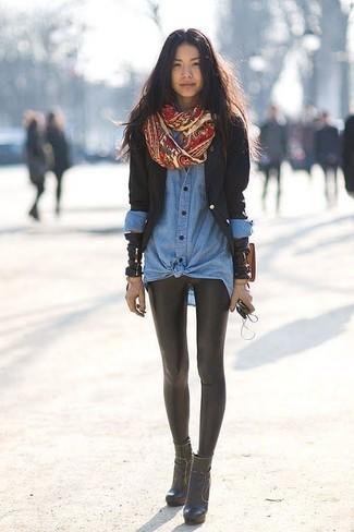 Comment porter: blazer noir, chemise en jean bleue, leggings en cuir noirs, bottines en cuir noires