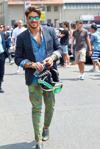 Comment porter: blazer écossais bleu marine, chemise en jean bleue, pantalon chino à fleurs olive, chaussures brogues en cuir vert foncé