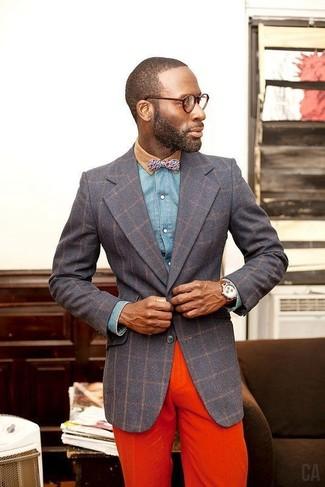 Opte pour une chemise en jean bleue Saint Laurent avec un pantalon chino orange pour un look de tous les jours facile à porter.