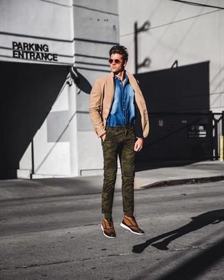 Comment porter: blazer marron clair, chemise en jean bleue, pantalon chino camouflage olive, baskets montantes en toile marron clair