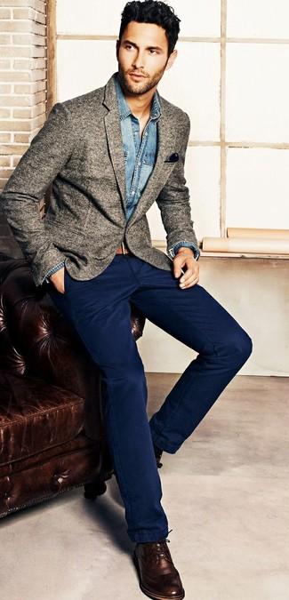 L'association d'une chemise en jean et d'un pantalon chino bleu marine est parfaite pour une soirée ou les occasions chic et décontractées. Jouez la carte classique pour les chaussures et complète cet ensemble avec une paire de des chaussures derby en cuir brunes foncées.