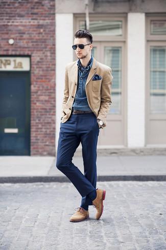 Comment porter: blazer marron clair, chemise en jean bleue, pantalon de costume bleu marine, chaussures derby en daim marron clair