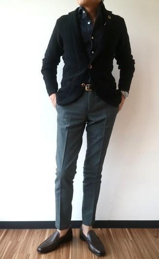 Comment porter: blazer en tricot noir, chemise en jean à rayures verticales bleu marine, pantalon de costume gris foncé, slippers en cuir marron foncé