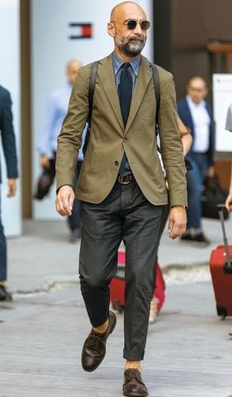 Comment porter: blazer olive, chemise en jean bleue, pantalon de costume noir, chaussures derby en cuir marron foncé