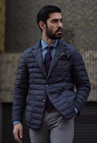 Comment porter: blazer matelassé noir, chemise en jean bleue, pantalon de costume en laine gris, cravate à rayures verticales rouge et bleu marine