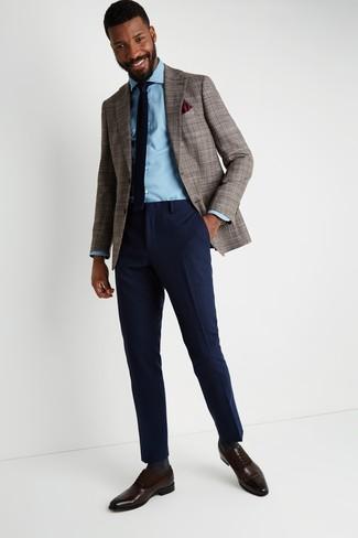 Comment porter: blazer en pied-de-poule marron, chemise en jean bleu clair, pantalon de costume en laine bleu marine, chaussures richelieu en cuir marron foncé