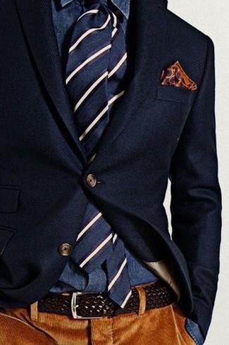 Comment porter: blazer en laine bleu marine, chemise en jean bleu marine, pantalon de costume en velours côtelé marron, cravate à rayures verticales bleu marine et blanc