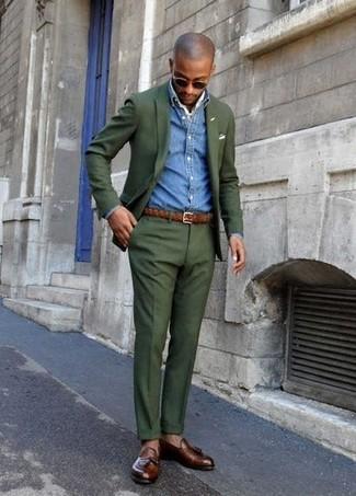Comment porter: blazer vert foncé, chemise en jean bleue, pantalon de costume vert foncé, mocassins à pampilles en cuir marron foncé