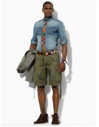 Comment porter: blazer en laine gris, chemise en jean bleue, short olive, bottines chukka en daim marron foncé
