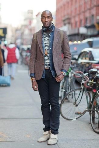 Comment porter: blazer en laine marron foncé, chemise en jean bleue, t-shirt à col rond en jacquard gris foncé, jean noir