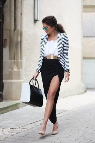 Essaie d'associer un blazer blanc et bleu marine avec une jupe longue fendue noire pour un déjeuner le dimanche entre amies. Une paire de des escarpins en cuir à clous beiges rendra élégant même le plus décontracté des looks.