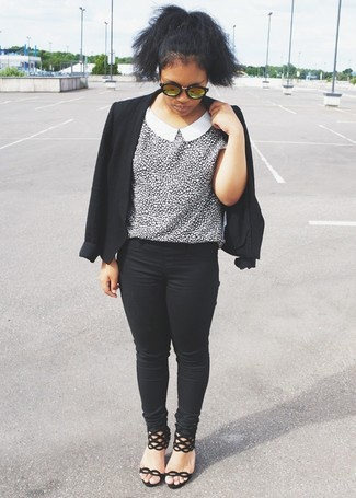 Comment porter: blazer noir, chemisier à manches courtes imprimé léopard blanc et noir, jean skinny noir, sandales à talons en daim noires