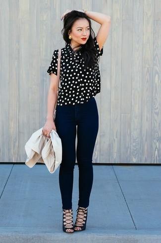 Comment porter: blazer beige, chemisier à manches courtes á pois noir et blanc, jean skinny noir, sandales spartiates en daim noires