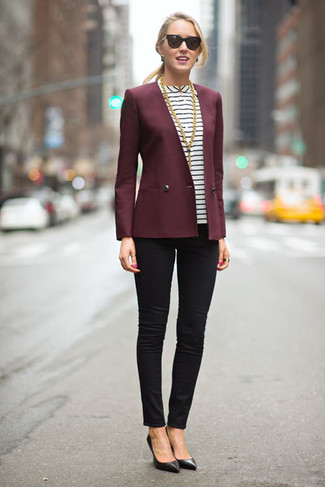 Marie un blazer bordeaux avec un jean skinny noir et tu auras l'air d'une vraie poupée. D'une humeur audacieuse? Complète ta tenue avec une paire de des escarpins en cuir noirs.