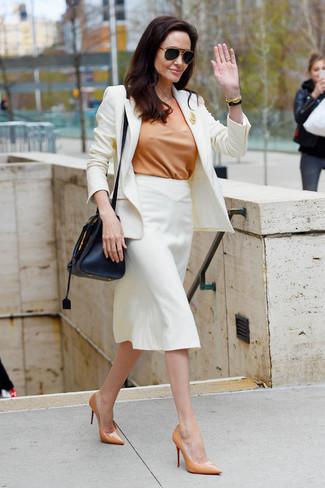 Comment porter: blazer blanc, chemisier à manches courtes marron clair, jupe crayon blanche, escarpins en cuir marron clair
