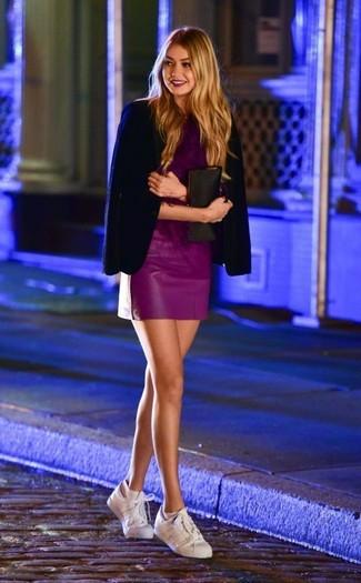 Comment porter: blazer bleu marine, chemisier à manches courtes pourpre, minijupe en cuir pourpre, baskets basses en cuir blanches
