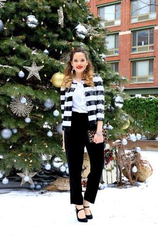 Comment porter un blazer: Choisis un blazer et un pantalon carotte en velours noir et tu auras l'air d'une vraie poupée. Termine ce look avec une paire de des escarpins en daim noirs.