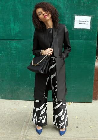 Comment porter un pantalon large imprimé noir: Pense à harmoniser un blazer noir avec un pantalon large imprimé noir pour une tenue raffinée mais idéale le week-end. Cette tenue est parfait avec une paire de des escarpins en daim bleus.