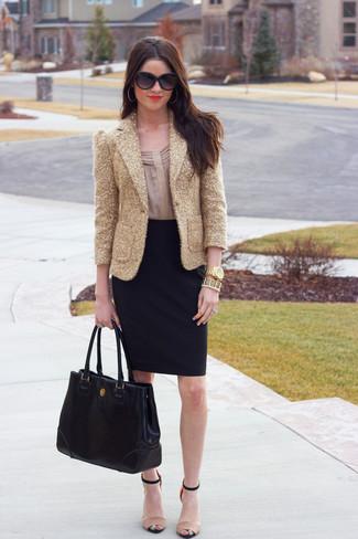 Comment porter: blazer pailleté doré, chemisier à manches longues beige, jupe crayon noire, sandales à talons en cuir beiges