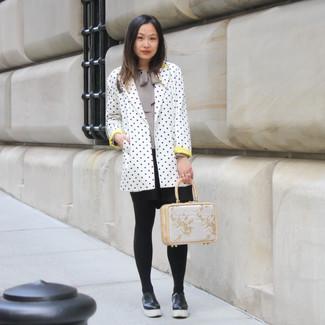 Comment porter: blazer á pois blanc et noir, chemisier à manches longues gris, jupe patineuse noire, mocassins plateforme en cuir noirs