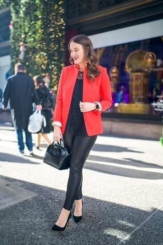 Comment porter: blazer rouge, chemisier à manches longues á pois noir, leggings en cuir noirs, escarpins en daim noirs