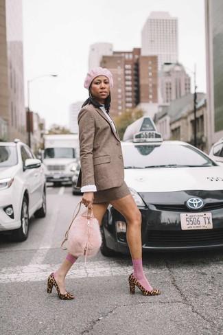 Comment porter un chemisier: Essaie de marier un chemisier avec une minijupe en laine à carreaux marron pour un déjeuner le dimanche entre amies. Complète ce look avec une paire de des escarpins en poils de veau imprimés léopard marron clair.