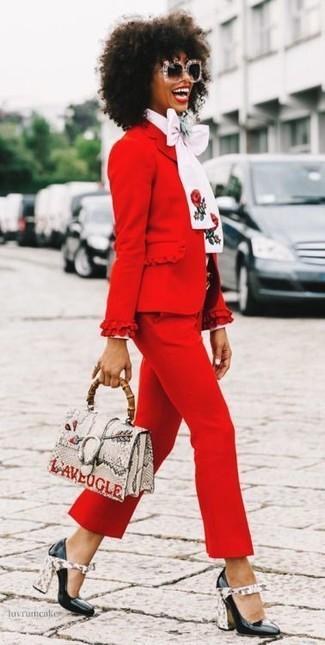 Comment porter: blazer rouge, chemisier à manches longues blanc, pantacourt rouge, escarpins en cuir noirs