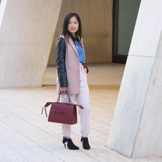 Comment porter: blazer rose, chemisier à manches longues bleu, pantalon carotte rose, bottines en daim découpées noires