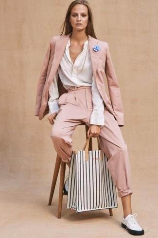 Comment porter: blazer rose, chemisier à manches longues blanc, pantalon carotte rose, baskets basses en cuir blanches et noires