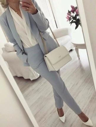 Comment porter: blazer gris, chemisier à manches longues blanc, pantalon de costume gris, escarpins en cuir blancs