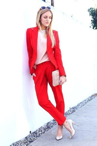 Comment porter: blazer rouge, chemisier à manches longues blanc, pantalon de costume rouge, escarpins en cuir beiges