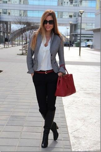 Comment porter: blazer en pied-de-poule blanc et noir, chemisier à manches longues blanc, pantalon slim noir, bottes hauteur genou en cuir noires