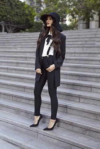Pense à harmoniser un blazer noir avec un pantalon slim noir pour créer un style chic et glamour. Complète ce look avec une paire de des escarpins en daim noirs.