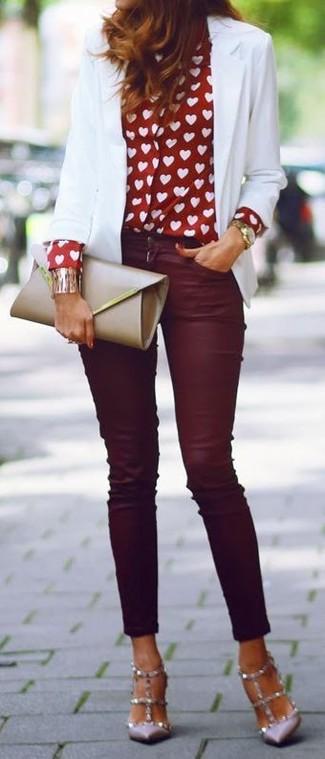 Essaie de marier un blazer blanc avec un jean skinny bordeaux et tu auras l'air d'une vraie poupée. Apportez une touche d'élégance à votre tenue avec une paire de des escarpins en cuir à clous gris.