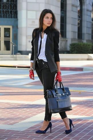 Comment porter: blazer gris foncé, chemisier boutonné blanc et noir, jean skinny en cuir noir, escarpins en daim bleu marine