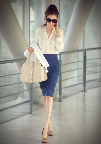 Pour une tenue de tous les jours pleine de caractère et de personnalité associe un blazer blanc avec une jupe crayon bleue. Complète ce look avec une paire de des escarpins en cuir bruns clairs.