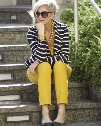 Comment porter: blazer à rayures horizontales bleu marine et blanc, chemisier boutonné moutarde, pantalon slim moutarde, ballerines en daim grises