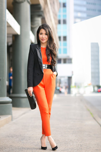 Tenue: Blazer noir, Combinaison pantalon orange, Escarpins