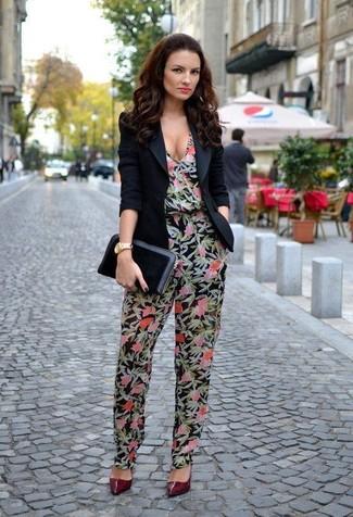 Comment porter: blazer noir, combinaison pantalon à fleurs noire, escarpins en cuir bordeaux, pochette en cuir noire