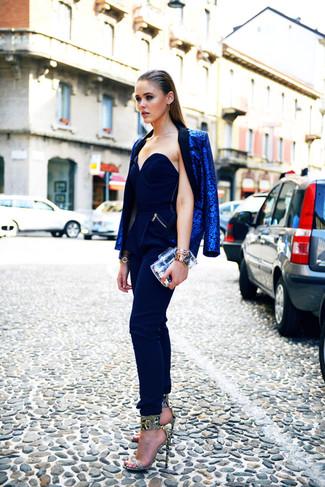 Comment porter: blazer imprimé léopard bleu, combinaison pantalon bleu marine, sandales à talons en cuir imprimées serpent grises, pochette transparente