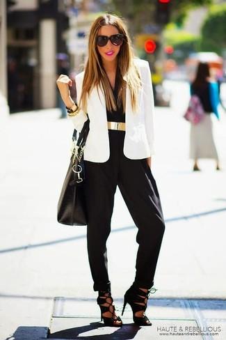 Un blazer blanc et une combinaison pantalon noire Stella McCartney sont un choix de tenue idéale à avoir dans ton arsenal. Une paire de des sandales à talons en daim noires rendra élégant même le plus décontracté des looks.