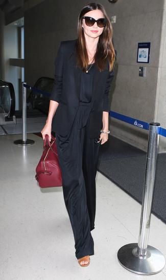 Tenue de Miranda Kerr: Blazer noir, Combinaison pantalon noire, Sandales à talons en cuir marron clair, Sac fourre-tout en cuir bordeaux