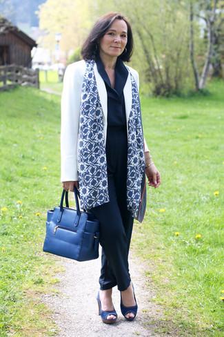 Comment porter: blazer blanc, combinaison pantalon bleu marine, sandales à talons en toile bleu marine, sac fourre-tout en cuir bleu marine