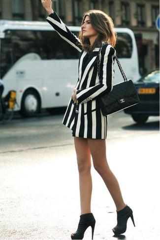 Comment porter: blazer croisé à rayures verticales blanc et noir, bottines en daim noires, cartable en cuir matelassé noir